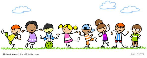 Lachende Kinder spielen gemeinsam im Sommer in der Natur